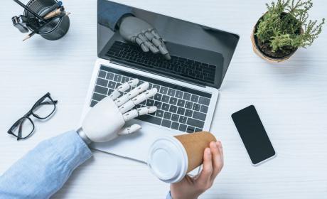 Robot haciendo un trabajo de oficina