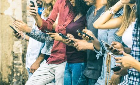 Jóvenes utilizando el móvil