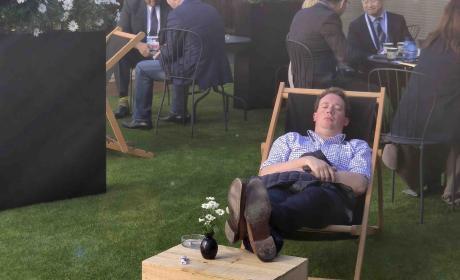 Hombre durmiendo a primera hora