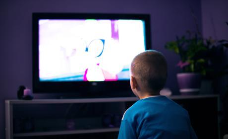 Niño viendo televisión