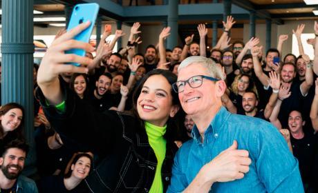 Rosalía y Tim Cook, en la Apple Store de Madrid