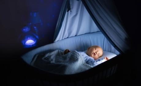Bebé duerme en su cuna