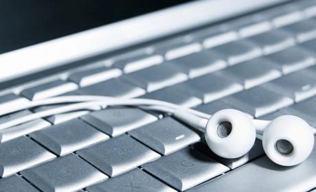 Auriculares sobre un teclado