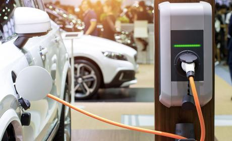 Cargar la batería de un coche eléctrico