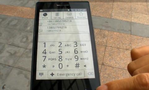 Smartphone Android con pantalla de tinta electrónica.