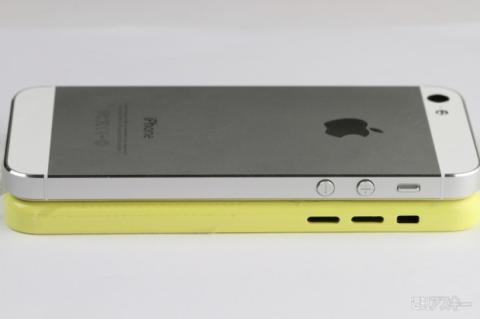 iPhone de bajo coste junto a iPhone 5