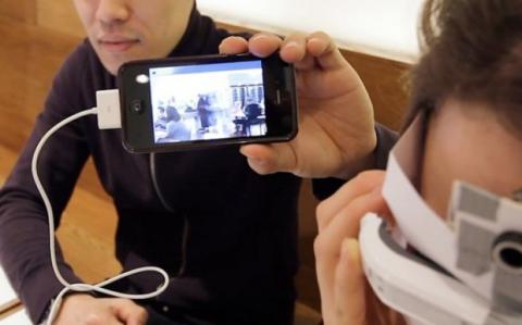 Eidos conectado a un smartphone u ordenador