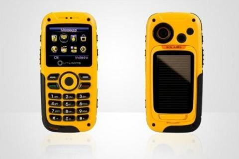 Naical Solaris, móvil resistente, sumergible y solar para aventureros