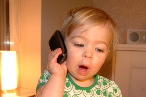 Uno de cada diez niños reciben su primer móvil a los 5 años