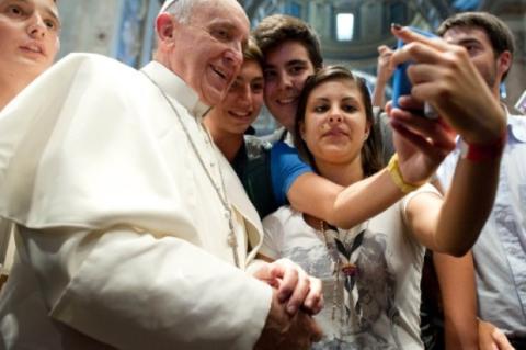 El Papa Francisco, participando en un selfie con un smartphone