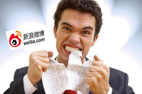 Hombre rompiendo papel