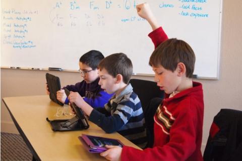 Alumnos reciben iPads... y los hackean