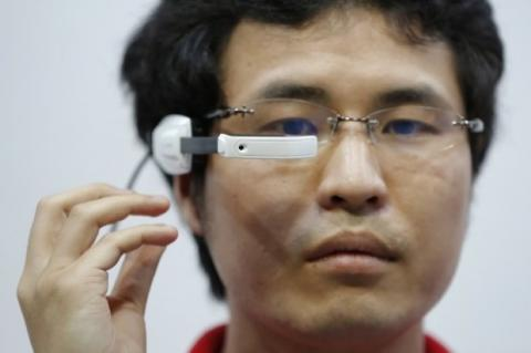 Docomo presenta gafas inteligentes en CEATEC 2013 (Kiyoshi Ota,Bloomberg News)