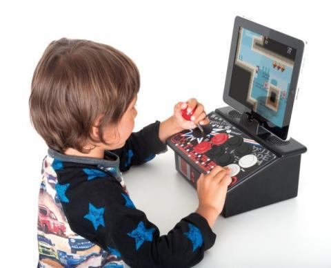 Home Arcade imita una máquina recreativa con la que se puede jugar a 300 juegos clásicos