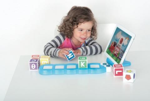 En Blocks 3.0, los niños interactúan con cubos inteligentes