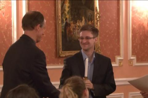 Edward Snowden recibe el premio Sam Adams