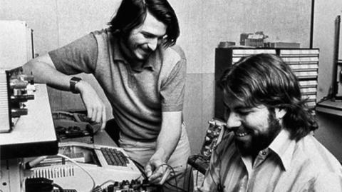 Steve Jobs trabajando en el garaje