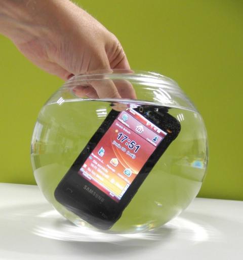 Movil Samsung Omnia sumergido (de verdad)