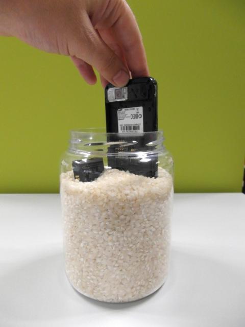 Móvil secándose en un bote de arroz