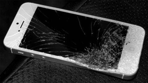 Así repara Apple un iPhone 5S roto