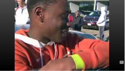 un niño compra un coche por un dolar en el Black Friday