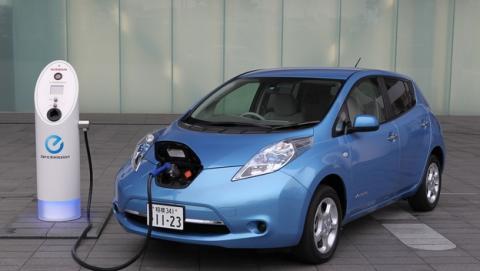 Detienen al dueño de un coche eléctrico por recargar su coche en el colegio de su hijo