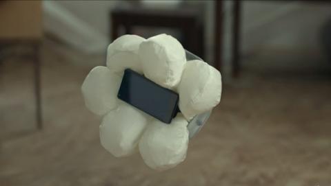 Honda inventa una funda con airbag para móviles, ideal para familias con niños