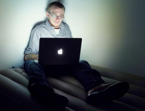 Hacker denuncia violación es condenado por más años que el violador