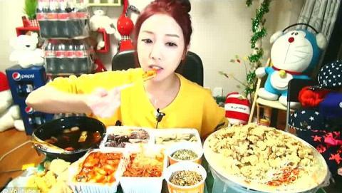 Coreana gana dinero comiendo delante de su web cam