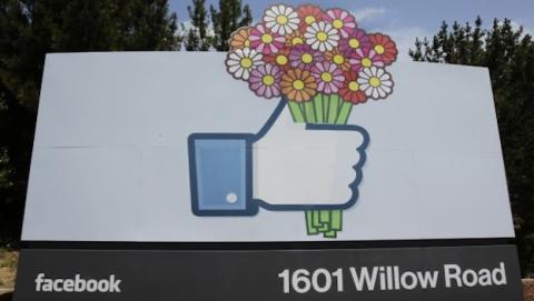Logo Facebook en Menlo Park (AP)