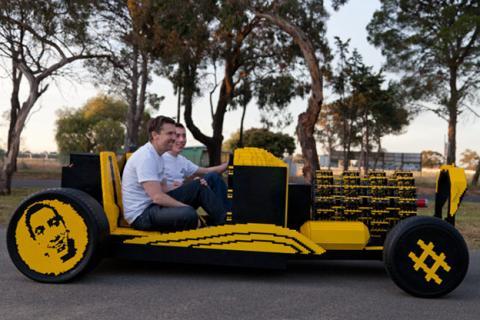 El coche se ha construido con piezas de LEGO salvo las ruedas, los amortiguadores y poco más