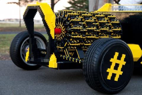 El motor de este coche LEGO tiene cuatro motores orbitales y 256 pistones