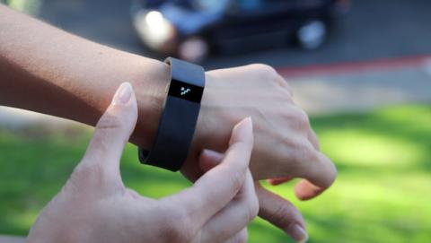 FitBit para venta pulsa fitness Force por quejas de alergia