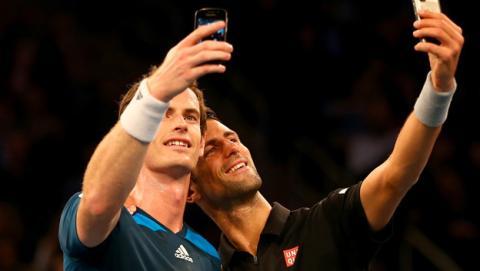 Selfie de Djokovic y Murray en pleno partido