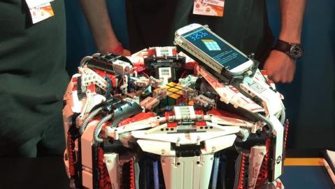 Robot LEGO Cubestormer 3 bate record del mundo del Cubo de Rubik con Samsung Galaxy S4.