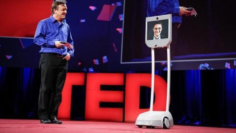 Edward Snowden vuelve a América... En forma de robot