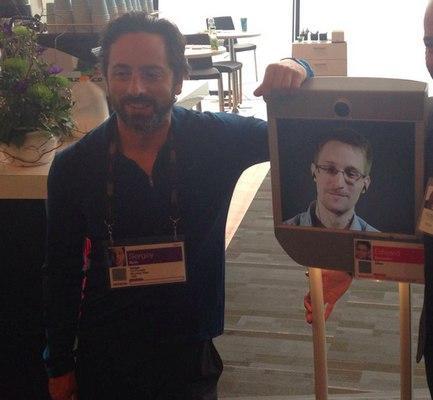 Sergey Brim posa con su amiguete Edward Snowden