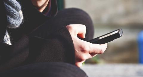 Mujer resulta lesionada por usar el WhatsApp durante 6 horas