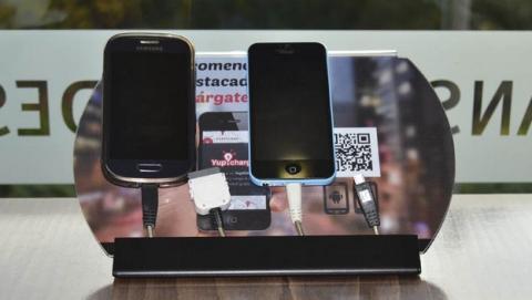 Yup!Charge ofrece cientos de estaciones de recarga gratis del móvil en cafeterías, tiendas, y locales públicos.