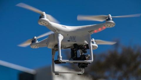 Hombre filma sobrevuela drone por escena accidente