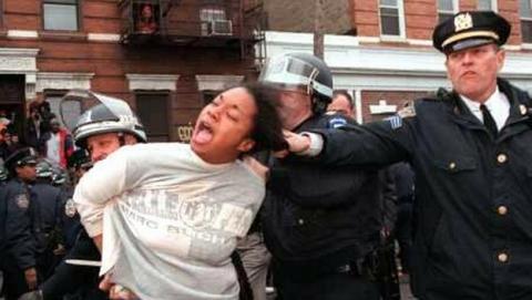 La policía de Nueva York inicia una campaña en las redes sociales que se vuelve en su contra.