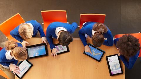microsoft billón dólares escuelas