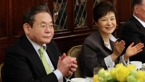 El Presidente de Samsung, Lee Kun-hee, sufre un ataque cardíaco.