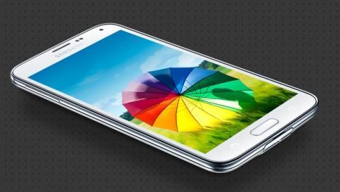 Llega la primera actualización del Samsung Galaxy S5, el primer update que añade mejoras en la cámara y el lector de huellas.