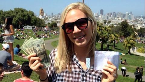 Millonario anónimo está escondiendo docenas de sobres con dinero en San Francisco, y ofrece pistas en Twitter para encontrarlos.