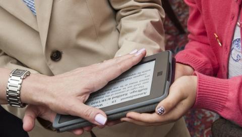 La embajadora de Estados Unidos en Suiza, Suzi LeVine, juró el cargo sobre un Kindle en donde previamente había descargado un ebook de la Constitución norteamericana.