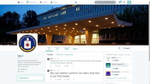 La CIA, los espías estadounidenses, abren cuentas en Twitter y Facebook.