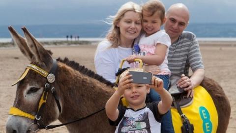 La operadora EE ha convertido a cuatro burros en puntos de acceso Wi-Fi, para celebrar la extensión de su red 4G. Los turistas podrán montarlos y enviar selfies y vídeos gracias al Wi-Fi.