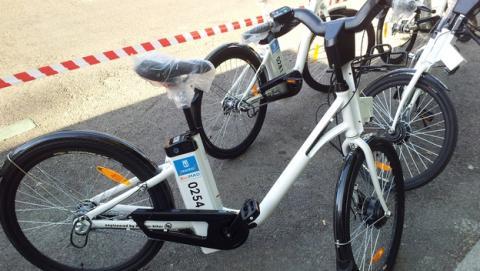 La app de BiciMAD, el servicio público de alquiler de bicicletas eléctricas de Madrid, te ofrece descuentos, GPS, calculo de rutas, el tiempo, distancia recorrida, calorías gastadas, y mucho más.