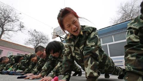 """Así son los """"campamentos"""" chinos contra la Internet-adicción"""